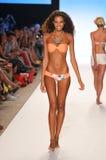 MIAMI - 14 LUGLIO: Il modello cammina pista alla L raccolta del costume da bagno dello spazio per l'estate 2012 della molla Immagine Stock Libera da Diritti