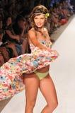 MIAMI - 14 LUGLIO: Il modello cammina pista alla L raccolta del costume da bagno dello spazio per l'estate 2012 della molla Fotografia Stock Libera da Diritti