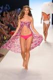 MIAMI - 14 LUGLIO: Il modello cammina pista alla L raccolta del costume da bagno dello spazio per l'estate 2012 della molla Immagini Stock Libere da Diritti