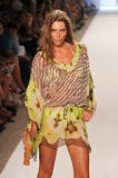 MIAMI - 16 LUGLIO: Pista di camminata di modello alla raccolta dello Swimwear di Caffe per estate 2012 della molla Immagine Stock