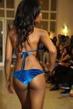 MIAMI - 17 LUGLIO: Un modello cammina pista per la raccolta dello Swimwear di Karo Fotografie Stock Libere da Diritti