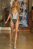 MIAMI - 17 LUGLIO: Un modello cammina pista per la raccolta dello Swimwear di Karo Fotografia Stock