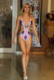 MIAMI - 17 LUGLIO: Un modello cammina pista per la raccolta dello Swimwear di Karo Immagini Stock Libere da Diritti