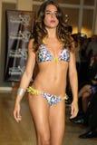 MIAMI - 17 LUGLIO: Un modello cammina pista per la raccolta dello Swimwear di Karo Immagine Stock Libera da Diritti