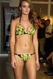MIAMI - 17 LUGLIO: Un modello cammina pista per la raccolta dello Swimwear di Karo Fotografie Stock