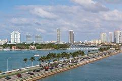 Miami-Panorama mit Autoverkehr lizenzfreie stockbilder