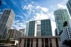 Miami pejzaż miejski na chmurnym niebieskiego nieba tle w usa zdjęcie royalty free