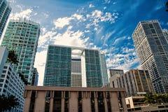 Miami pejza? miejski na chmurnym niebieskiego nieba tle w usa zdjęcia royalty free