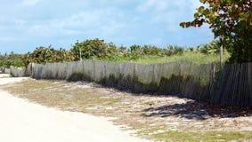 Miami piaska plażowego typowego ogrodzenia baywatch kolorowi południe wyrzucać na brzeg obraz stock