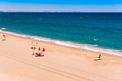 MIAMI PLATJA, ESPAÑA - 13 DE SEPTIEMBRE DE 2017: Vista de la playa arenosa Mont-roig del Camp Copie el espacio para el texto Foto de archivo libre de regalías