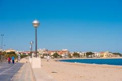 MIAMI PLATJA, SPANIEN - 24. APRIL 2017: Damm, sandiger Strand Kopieren Sie Raum für Text Stockfotografie