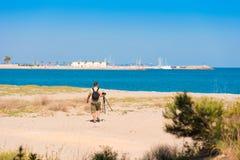 MIAMI PLATJA, SPANIEN - 24. APRIL 2017: Fotograf auf dem Strand Kopieren Sie Raum für Text Stockfotos