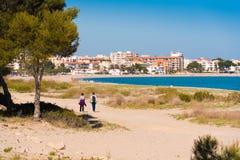 MIAMI PLATJA, SPANIEN - 24. APRIL 2017: Sandstrand Kopieren Sie Raum für Text Lizenzfreie Stockfotos