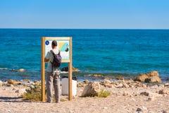 MIAMI PLATJA, SPANIEN - 24. APRIL 2017: Tourist auf dem Strand Kopieren Sie Raum für Text lizenzfreie stockbilder