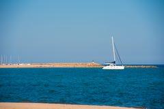MIAMI PLATJA, SPANIEN - 24. APRIL 2017: Yacht im Hafen auf einem Hintergrund des blauen Himmels Kopieren Sie Raum für Text Lizenzfreie Stockbilder