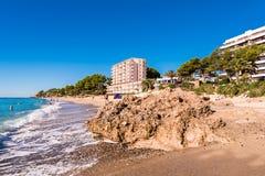 MIAMI PLATJA, SPANIEN - SEPTEMBER 13, 2017: Sikt av den sandiga stranden Kopiera utrymme för text Arkivfoton