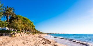 MIAMI PLATJA, SPANIEN - SEPTEMBER 13, 2017: Sikt av den sandiga stranden Kopiera utrymme för text Royaltyfria Foton