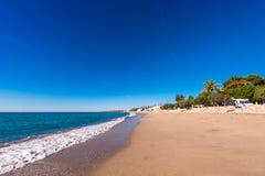 MIAMI PLATJA, SPANIEN - SEPTEMBER 13, 2017: Sikt av den sandiga stranden Kopiera utrymme för text Arkivbild