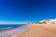 MIAMI PLATJA, SPANIEN - SEPTEMBER 13, 2017: Sikt av den sandiga stranden Kopiera utrymme för text Royaltyfri Foto