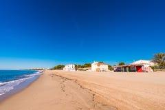 MIAMI PLATJA, SPANIEN - SEPTEMBER 13, 2017: Sikt av den sandiga stranden Kopiera utrymme för text Arkivfoto