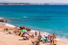 MIAMI PLATJA, SPANIEN - SEPTEMBER 13, 2017: Sikt av den sandiga stranden Mont-roig del Campa Kopiera utrymme för text Fotografering för Bildbyråer