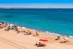 MIAMI PLATJA, SPANIEN - SEPTEMBER 13, 2017: Sikt av den sandiga stranden Mont-roig del Campa Kopiera utrymme för text Royaltyfri Fotografi