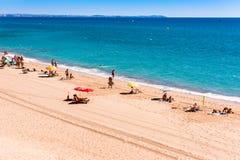 MIAMI PLATJA, SPANIEN - SEPTEMBER 13, 2017: Sikt av den sandiga stranden Mont-roig del Campa Kopiera utrymme för text Royaltyfri Bild