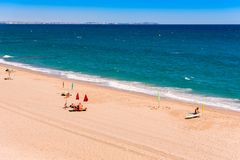 MIAMI PLATJA, SPANIEN - SEPTEMBER 13, 2017: Sikt av den sandiga stranden Mont-roig del Campa Kopiera utrymme för text Royaltyfri Foto