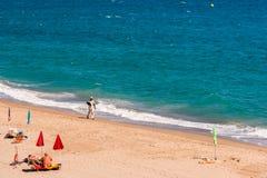 MIAMI PLATJA, SPANIEN - SEPTEMBER 13, 2017: Sikt av den sandiga stranden Mont-roig del Campa Kopiera utrymme för text Royaltyfria Foton