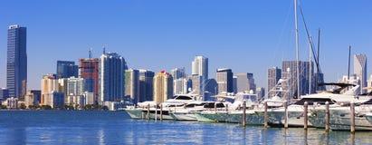 Miami-Südstrandjachthafen mit Skylinen lizenzfreie stockfotografie