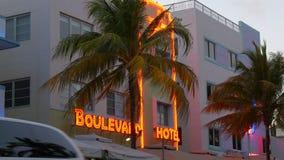 Miami-Südstrandozean-Antriebsberühmtes Neonhotelschild 4k Florida USA stock footage