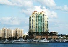 Miami-Schacht mit Jetskis Lizenzfreie Stockfotografie
