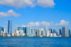 Miami-Skyline angesehen von Biscayne-Bucht Florida Stockfotografie