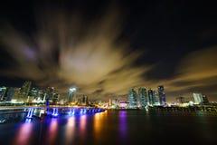 Miami-Stadtskylinepanorama an der Dämmerung mit städtischen Wolkenkratzern und Brücke über Meer mit Reflexion Lizenzfreies Stockbild