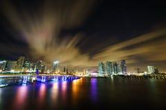 Miami-Stadtskylinepanorama an der Dämmerung mit städtischen Wolkenkratzern und Brücke über Meer mit Reflexion Lizenzfreies Stockfoto