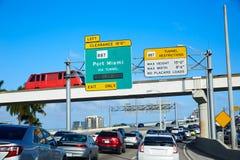 Miami trafik som kör till Miami Beach Florida arkivbild