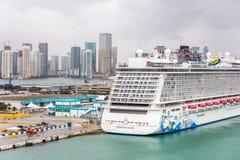 MIAMI, USA - 11. DEZEMBER 2016: Hafen von Miami mit Kreuzschiffen Miami ist bedeutender Hafen in Vereinigten Staaten für Kreuzfah lizenzfreie stockbilder