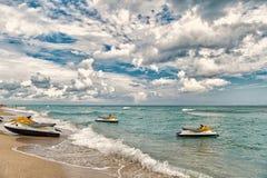 Miami USA - Januari 10, 2016: strålen skidar på havsvågor på stranden på molnig blå himmel Rekreation för sommarvattenaktiv arkivbilder