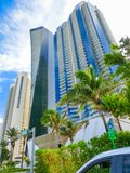 Miami, Usa - Maj 07,2018: Nowożytni budynki mieszkaniowi z drzewkami palmowymi przy Collins aleją Zdjęcia Stock