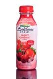 MIAMI USA - mars 30, 2015: En flaska av Bolthouse brukar den mång--v godhetkörsbärsmoothien Royaltyfria Bilder