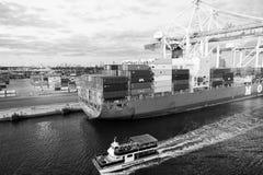 Miami, usa - Marzec 01, 2016: ładunku statek i przyjemności łódź w morskim zbiorniku przesyłamy Port morski lub terminal z obraz royalty free