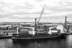 Miami, usa - Marzec 01, 2016: ładunku statek w morskim zbiornika porcie z zbiornikami i żurawiami Port dalej lub terminal zdjęcie royalty free