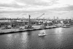 Miami, usa - Marzec 01, 2016: morski zbiornika port z ładunków żurawiami i statkiem Jachtu pławik wzdłuż portu morskiego i termin zdjęcie stock