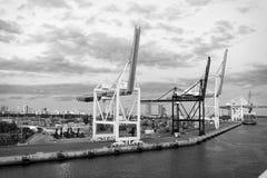 Miami, usa - Marzec 01, 2016: morski zbiornika port z żurawiami i ładunków zbiornikami Port lub terminal na chmurnym niebie zdjęcie stock
