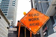Miami, USA - 30. Oktober 2015: Bauzeichen auf Stadtstraße Straßenarbeiten voran warnen und Sicherheit Transport Verkehr und trav Lizenzfreie Stockfotografie