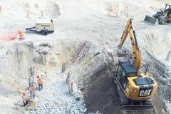 Miami, usa - Październik 30, 2015: plac budowy pracy na pogodny plenerowym Pracownicy i maszyneria na budowy jamie Budowa i b Obrazy Stock