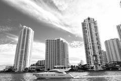 Miami van de binnenstad langs Biscayne-Baai met flatgebouwen met koopflats en bureau buildin Royalty-vrije Stock Foto