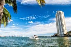 Miami van de binnenstad langs Biscayne-Baai met flatgebouwen met koopflats en bureaugebouwen, jacht die in de baai varen Stock Foto's