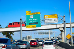 Miami-Verkehr, der zu Miami Beach Florida fährt stockfotografie