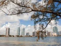Miami y panorama del horizonte de la bahía de Biscayne de Rickenbacker Causew Fotos de archivo